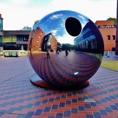 東京都美術館の前にあった鏡の球体