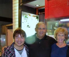 ヤクルトのデントナ内野手(背番号4)のご両親とともに東京の赤坂にて