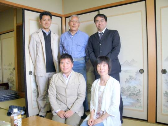 後列中央が松井弓夫先生、その左が宮嶋健太郎氏、前列右が私・榊原平
