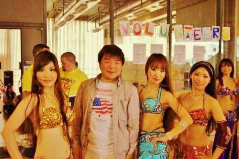 ベリーダンスを踊られた女性らとともに。名古屋ウォーカソンにおいて。