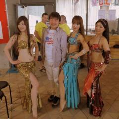 ベリーダンスを踊った女性らとともに