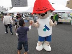 安城サンクスフェスティバルで安城市のゆるキャラ「サルビー」に扮する(2009.10.24)